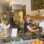 Daniela Assmann-Kempke hinterm Tresen im Gesundes Fastfood-Restaurant,