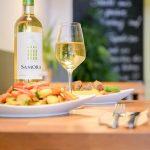 Gesundes Fastfood mit einem bekömmlichem Weisswein