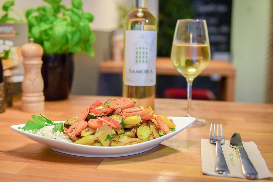 Gesundes Abendessen mit einem Glas Wein