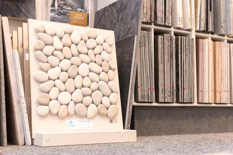 Steintafeln im Regal
