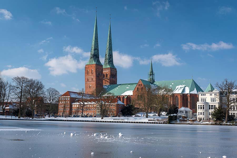 Gefrorener Mühlenteich mit Blick auf den Dom zu Lübeck