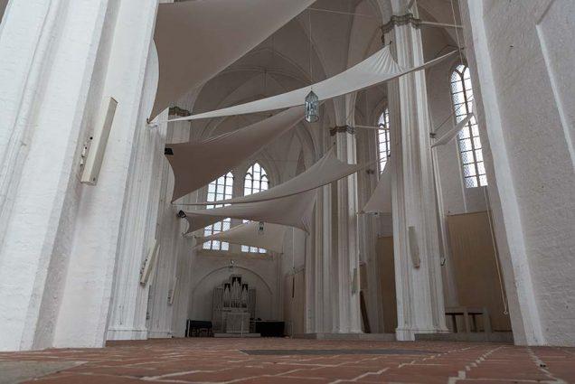 Aufgespannte Segel in der Petrikirche