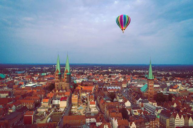 Heißluftballon mit der Drohne fotografiert