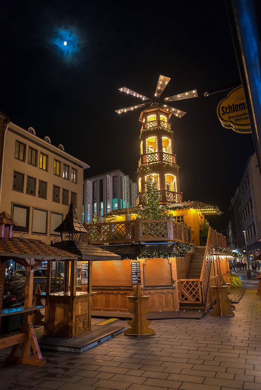 Holzpyramide am Lübecker Weihnachtsmarkt