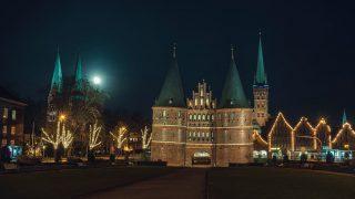 Aufgehender Mond hinter der Marienkirche