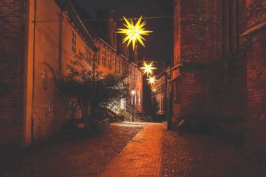 Beleuchtete Gasse neben der Jakobikirche