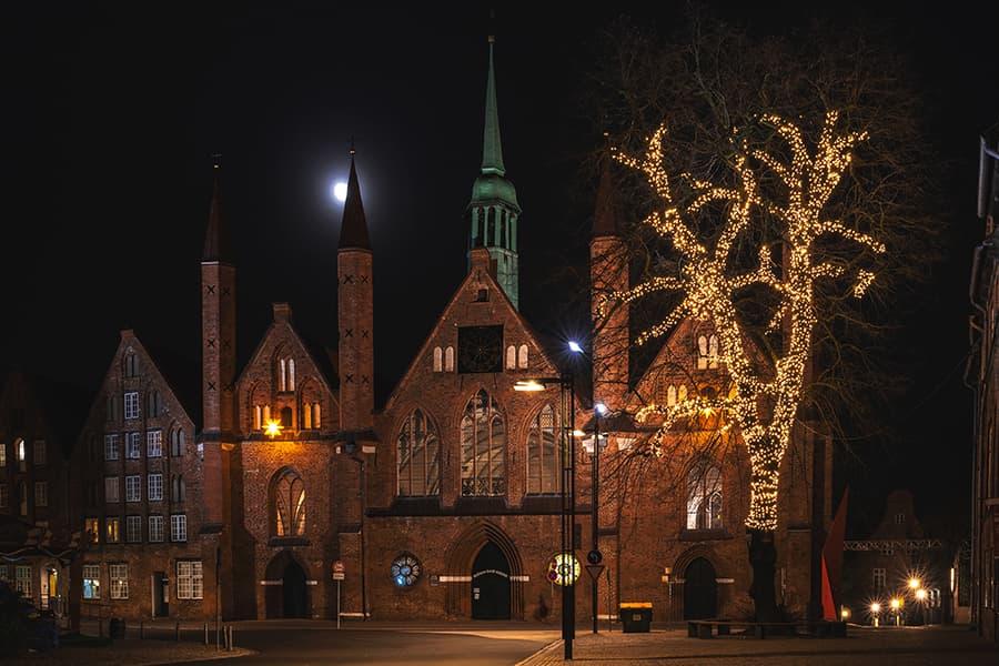Aufgehender Mond hinter dem Heiligen Geist Hospital