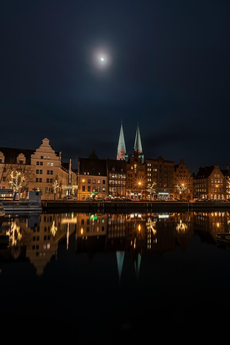 Marienkirche mit Spiegelung im Wasser
