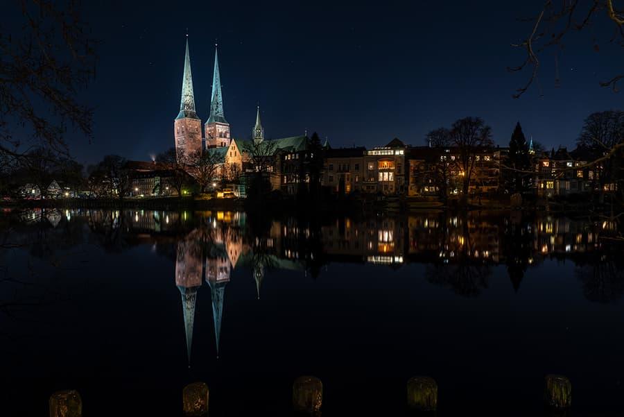 Wasserspiegelungen des Dom zu Lübecks im Mühlenteich