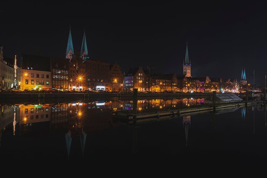Lichter entlang der Lübecker Altstadt