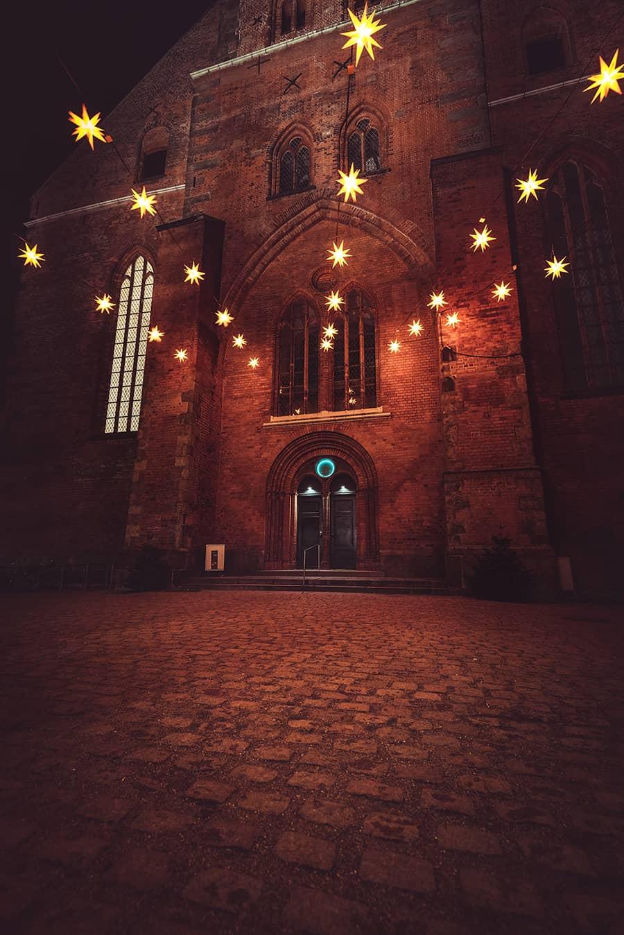Weihnachtssterne über dem Eingang der Petrikirche