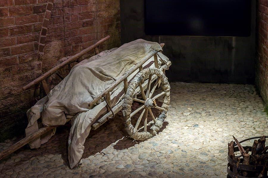Pestkarren transportieren Leichen aus der Stadt