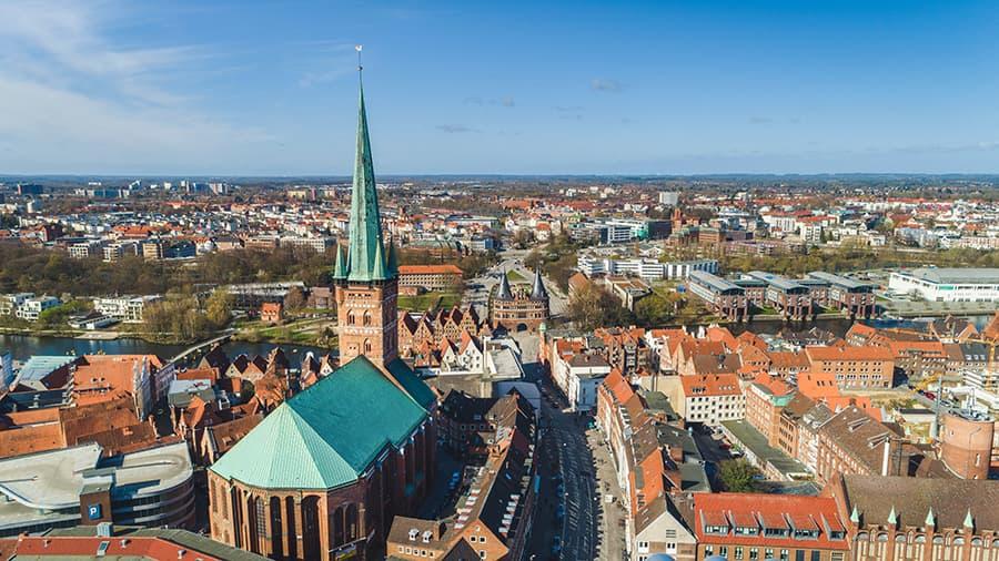 Die Petrikirche und das Holstentor