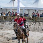 Polo-Spieler begrüßt Publikum