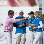 Polo-Spieler erhalten Pokal