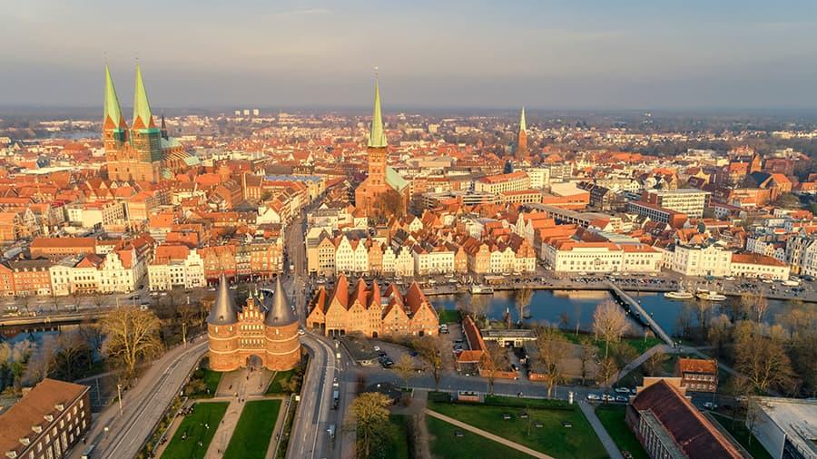 Warmer Sonnenuntergang über Lübeck