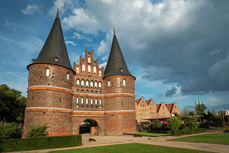 Wolken am Holstentor